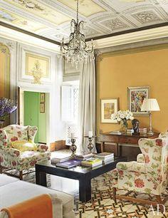 At the Tuscan villa of Dede Pratesi the living room ceilings frescoes predate the Venetian chandelier. Tuscan Living Rooms, Living Room Modern, My Living Room, Living Room Designs, Tuscan Design, Tuscan Style, Design Toscano, Design Rustique, Romantic Room