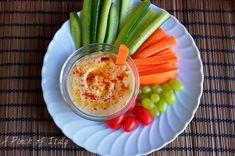 L'hummus è una crema di ceci medio orientale. Semplice e veloce da preparare è ottima da usare come pinzimonio o su crostini o per accompagnare le falafel