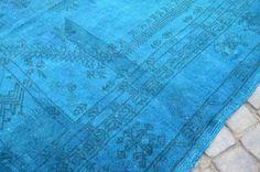 Turco overdyed alfombra vintage.  Esto es todo hanmade alfombra. Hecho de lana de oveja 100% en algodón. todos los colores son naturales teñidos. es una alfombra vintage. Alfombras Vintage son piezas de arte que refleja su cultura e historia de tejedor. Nosotros preferimos alfombras vintage ya que tienen mejor calidad y diseños únicos. Estas piezas son hilado de la lana de oveja original a mano y son naturalmente teñidas de colorante vegetal.  Hecho en Turquía.  Tamaño: 6.1 x 4.2 pies.  1.86…