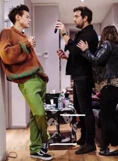 Harry Styles Updates, Harry Styles Cute, Harry Styles Pictures, Harry Edward Styles, Beautiful Boys, Pretty Boys, Beautiful People, Gucci Gang, Harry 1d