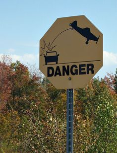¿Peligro, te puedes chocar con un avión? Esta señal indica  que en esa zona, se practica vuelo sin motor con un planeador  y es posible encontrarse una cuerda baja.