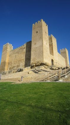 """CASTLES OF SPAIN - Castillo de Sádaba (Zaragoza). La zona de Sádaba se empezó a repoblar en el siglo XI. En 1099 eran sus señores García Garcés y su esposa Blanquita   Sin embargo la fortaleza actual no puede coincidir por estilo con la del siglo XII, por lo que se considera que hubo un castillo anterior al actual datado en el año 1125, fundado por Alfonso I """"El Batallador""""."""