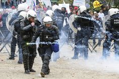 Belgium milk protests: Farmers throw eggs, hay and fireworks at riot police (Photo)