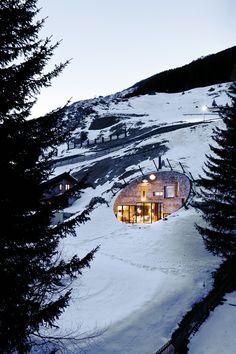 Maison troglodyte camouflée. Située dans le village de Vals (très connu pour sa station thermale de renom), cette maison troglodyte a vu le jour grâce aux 2 architectes Muller CMA  Mastenbroek Search. Il s'agit plus précisément d'une annexe à un mazot situé en bas de la colline.