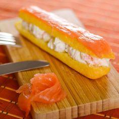 Préchauffez le four à 150°C (thermostat 5). Préparez une pâte à choux salée assez sèche. Garnissez de cette pâte une poche à douille (ou un sac congélation dont vous couperez le coin) et poussez la pâte sur la plaque pour former un choux. Déplacez la poche en pressant de façon régulière pour former un éclair régulier. Quand l'éclair est formé (il devrait mesurer environ 14 cm), coupez la pâte avec un couteau. Enfournez pour 50 à 55 minutes. Retirez de la plaque et laissez refroidir. Prépa...