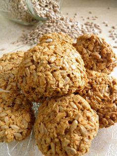 Chrupiące i pyszne ciasteczka upieczone z płatków owsianych i ziaren słonecznika są świetną przekąską. Można też dodać do nich bak...
