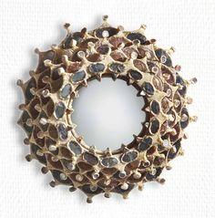 LINE VAUTRIN (1913-1997) CHARLEMAGNE Miroir sorcière en talosel et incrustations de miroir teintés, pièce unique, 1958-1960 Diamètre : 25 cm. (9¾ in.) Signé LINE VAUTRIN