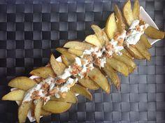 Patatas gajo con crema de queso y cebolla crujiente