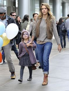 family_fun_jessica_alba_enjoys_the_mall_with_her_daughter
