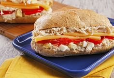 Sanduíche de frango com vegetais assados