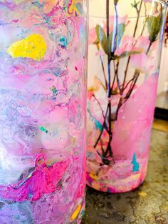 How To Create Stunning Marble Dipped Vases With Nail Polish. I might be late to this trend, but boy, am I ever glad I hopped on it now! Painted Glass Vases, Clear Glass Vases, Glass Jars, Creative Crafts, Diy Crafts, Old Nail Polish, Old Vases, Candle Vases, Mesh Wreath Tutorial