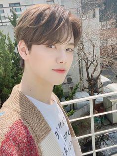 so boyfie looks 😍 The Rules, Jonghyun, Shinee, Baekhyun Chanyeol, Fandom, Ideal Man, Reasons To Live, Starship Entertainment, Profile Photo