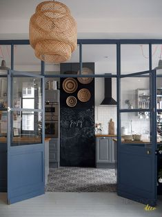 Chez Anne-Sophie, Freckles Design || La verrière atelier bleu acier qui délimite la cuisine