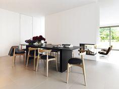 Zwart en wit interieur. Aangekleed met eetkamerstoelen van Carl Hansen & søn.