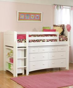 Ótima ideia de aproveitamento de espaço para o quarto do bebê. Cama, cômoda e estante ocupando um só espaço.