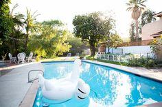 piscina con colchoneta - Piscina de obra o naturales, ¿qué opción es la mejor?