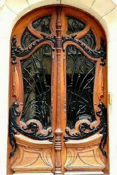 Photos Blend of Architecture with Art Nouveau. At this time it was a revolutionary movement where there was a strict barrier between pure art and art. Art Nouveau focuses more on the concept of und… Cool Doors, Unique Doors, Entrance Doors, Doorway, House Entrance, Grand Entrance, Art Nouveau Arquitectura, Examples Of Art, Knobs And Knockers