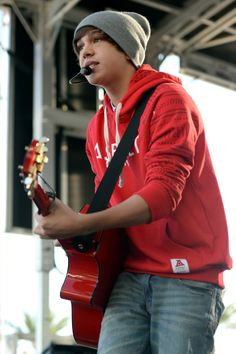 If Austin Mahone ever came to me with his guitar and just started singing to me i wud break down in tears!!