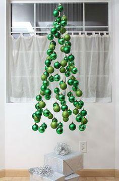 Si no tienes espacio en tu casa puedes hacer este original y moderno arbolito de navidad con esferas y listón,