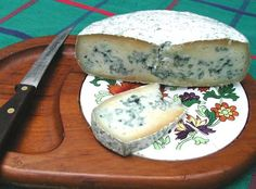Blue cheese looks unusual but there are many health benefits of blue cheese. Blue cheese in full of calcium, thus, it helps in preventin. Making Cheese At Home, How To Make Cheese, Making Food, No Dairy Recipes, Cooking Recipes, Milk Recipes, Yogurt, Balsamic Onions, Butter Cheese