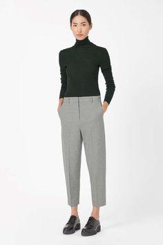 Pantaloni grigi - Look con maglione a collo alto dalla collezione Cos.