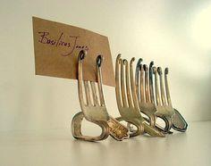 Antique silver forks into card holders.  Parfait pour décorer une table quand on reçoit des amis.