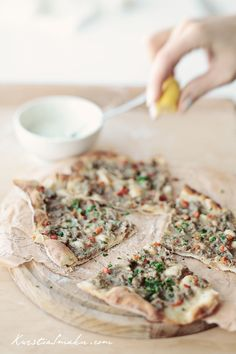 Lahmacun - cieniutka pizza Turecka Lahmacun - thin Turkish pizza with minced meat and vegetables