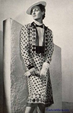 1939 - Chanel suit Don't know what colors these are but take a look at Valentino Coco Fashion, 1930s Fashion, Chanel Fashion, Vintage Fashion, Chanel Style, Fashion Fashion, Vintage Chanel, Vintage Couture, Vintage Beauty