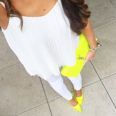 Southern Curls & Pearls: all white outfit with neon accessories Yellow Shoes Outfit, Neon Yellow Shoes, Neon Shoes, Yellow Pumps, All White Outfit, White Outfits, Neon Outfits, Outfits Mujer, Fashion Outfits
