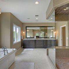 Imagen de cuarto de baño clásico renovado con bañera exenta