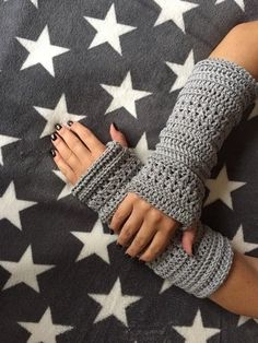 "Häkelanleitung Armstulpen/Pulswärmer ""Bella"" Fingerless Gloves, Arm Warmers, Free Pattern, Crochet Patterns, Homemade, Pullover, Crafts, Fashion, Gloves"