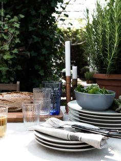 Våren och sommarens stämning bjuder in till flera spontana tillfällen att samla nära och kära kring det dukade bordet.