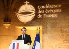 """Macron vivement critiqué pour avoir dit que l'Église """"accompagne les familles homosexuelles"""""""