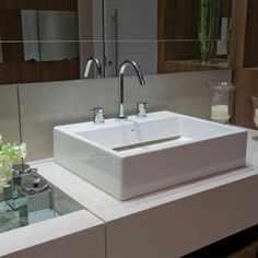 Un lavamanos cuadrado y colocado sobre el tope de tu baño, puede darle un toque innovador a toda la decoración del espacio. Nosotros te los ofrecemos de la marca brasileña DECA.