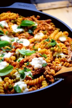 Zapiekanka mięsno-makaronowa z patelni FIT - Just Be Fit Be Strong! Yummy Pasta Recipes, Lunch Recipes, Vegetarian Recipes, Cooking Recipes, Healthy Recipes, Deli Food, Good Food, Yummy Food, Food Design