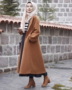 Hijab style for winter with coat Modern Hijab Fashion, Islamic Fashion, Muslim Fashion, Modest Fashion, Look Fashion, Woman Fashion, Hijab Elegante, Hijab Chic, Casual Hijab Outfit
