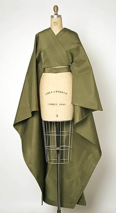 Balenciaga couture evening wrap from made from silk. Cristobal Balenciaga House of Balenciaga. Balenciaga couture evening wrap from made from silk. Cristobal Balenciaga House of Balenciaga. Fashion Details, Look Fashion, Green Fashion, Kleidung Design, Vintage Outfits, Vintage Fashion, Vintage Couture, 1940s Fashion, Look Retro