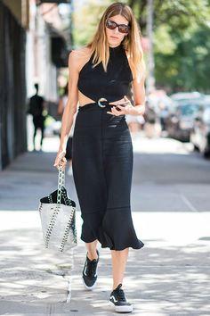 «Вансы»: с чем носить модные кеды с белой изогнутой полосой | Vogue | Мода | STREETSTYLE | VOGUE