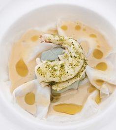 Raviolo di calamaro, ripieno di tinniruma, con salsa di acciughe. Foto di Davide Dutto
