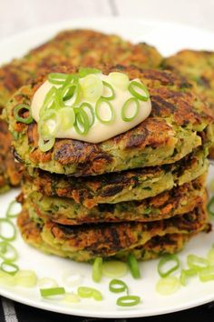 These delicious vegan zucchini fritters are crispy on the outside and moist on the inside with a perfect savory flavor. Quick and easy for a wonderful light meal. Vegan Zucchini Fritters, Vegan Zucchini Recipes, Zucchini Patties, Vegan Dinner Recipes, Vegan Breakfast Recipes, Delicious Vegan Recipes, Vegan Foods, Vegan Snacks, Veggie Recipes