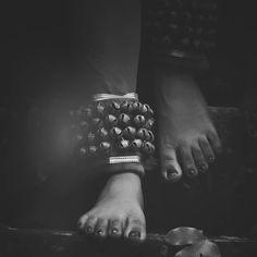ചിലങ്ക പുൽകും പാതങ്ങളാൽ അവൾ ചിരിച്ചാടിയ നടനങ്ങളൊക്കെയും, ചേത%E Dark Photography, Girl Photography Poses, Toddler Girl Photography, Photography Music, Dance Paintings, Indian Art Paintings, Kathak Dance, Indian Photoshoot, Best Photo Poses