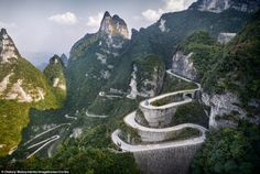 2DE7B16700000578-3295294-You_can_see_why_this_winding_driveway_in_Tianmen_Mountain_Nation-a-20_1446482580169