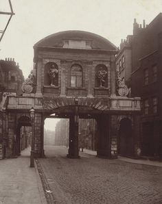 Temple Bar, designed by Christopher Wren in once stood in the Strand as one of the gates to the City of London, bu… – architecture Victorian London, Vintage London, Old London, Victorian Street, Victorian Village, Victorian Ladies, East London, Victorian Era, City Of London