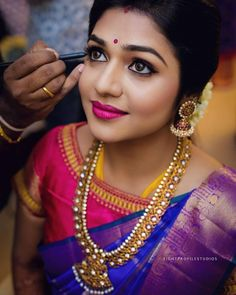 Makeup artist brews magic on every bride's big day! They understands the bridal needs and brings out nothing, but the best. Doing makeup to… Indian Bridal Sarees, Indian Bridal Makeup, Bridal Mehndi, Indian Wedding Hairstyles, Braut Make-up, South Indian Bride, Saree Wedding, Wedding Updo, Wedding Poses