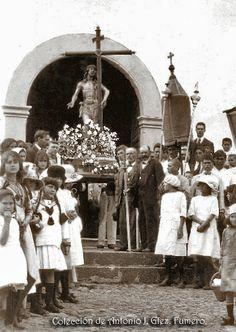 Procesión del Santísimo, junto con los hermanos del Cristo de la salud, saliendo por la puerta principal de la iglesia de Arona. En la Plaza de Arona.