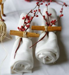 Christmas table: think of decorating simple white cloth napkins - with . Diy Christmas Wedding, Christmas Wedding Decorations, Christmas Table Centerpieces, Christmas Hacks, Christmas Table Settings, Christmas Tablescapes, Christmas Mood, Christmas Crafts, Xmas