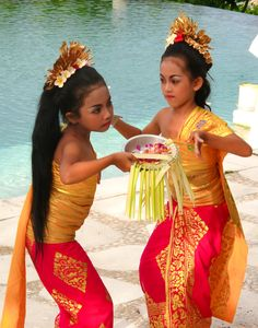 Tourism in Bali: Festivals Of Bali Nyiba - Festivals Of Bali Kids Around The World, Beauty Around The World, Shall We Dance, Just Dance, Traditional Fashion, Traditional Dresses, Bali Girls, Dance Movies, Kinds Of Dance
