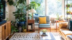This Unique Mid-Century Rental Is Full of Natural Light Mid Century Modern Living Room Full light MidCentury Natural Rental Unique Boho Living Room, Living Room Sets, Living Room Decor, Living Spaces, Retro Living Rooms, Sala Vintage, Interior Simple, Apartment Living, Apartment Therapy