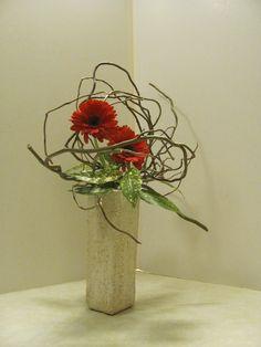 Les 7-3-18 Ikebana Flower Arrangement, Church Flower Arrangements, Ikebana Arrangements, Floral Arrangements, Modern Christmas, Christmas Design, Deco Floral, Floral Design, Contemporary Flower Arrangements