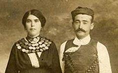 Κρητικό ζευγάρι που η γυναίκα φορά κολαΐνες με νομίσματα, αρχές 20ου αιώνα (συλλογή Τζανή Ιωάννη)  Επί Κρητικής Πολιτείας (1898 ) http://history.heraklion.gr/content/images/3752.jpg